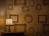 cartadaparatipersonalizzata.com-angolo soggiorno con cornici doratei